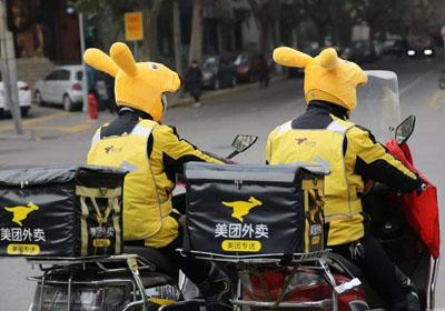 快递员遭恶意投诉下跪求原谅,中国快递协会正在研究建立不良用户黑名单制度